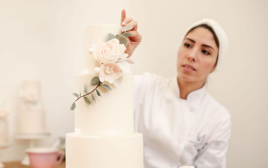 Sugar or Fresh Flowers on a Wedding cake? Your Comprehensive Guide of Pros and Cons